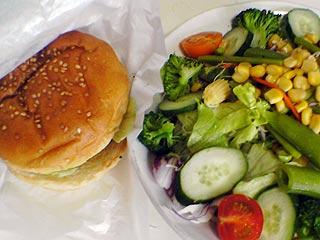 チーズバーガーとサラダ