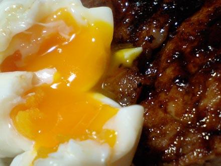 半熟卵と豚肉